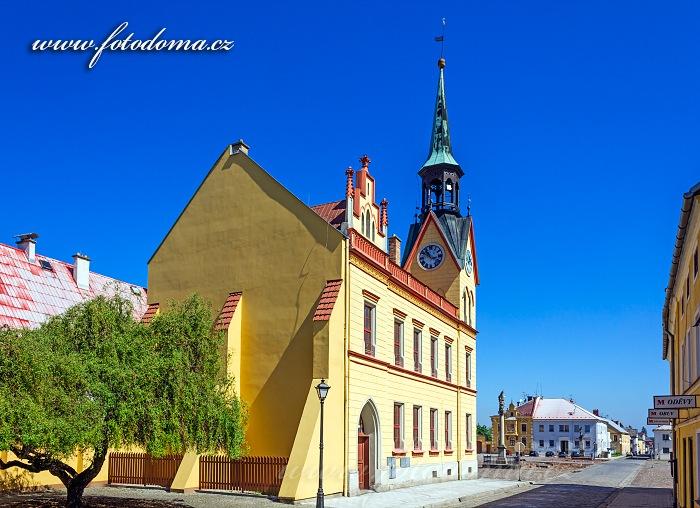 Radnice a Mírové náměstí při pohledu z Radniční ulice, Vidnava, okres Jeseník, Olomoucký kraj, Česká republika