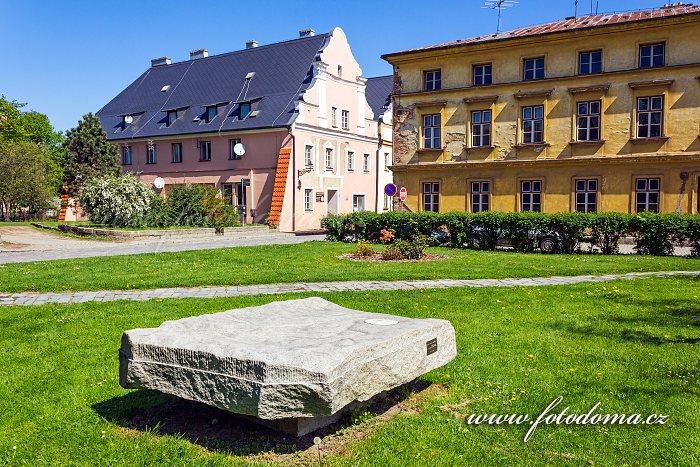 Pamětní kámen s vymodelovanou částí Žulovské pahorkatiny v Radniční ulici, Vidnava, okres Jeseník, Olomoucký kraj, Česká republika