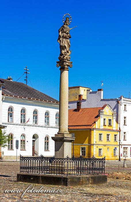 Barokní sloup Panny Marie z r. 1738 na Mírovém náměstí, Vidnava, okres Jeseník, Olomoucký kraj, Česká republika
