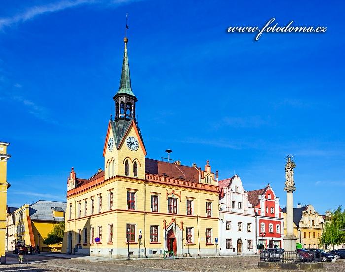 Novogotická radnice z roku 1867 a barokní sloup Panny Marie na Mírovém náměstí, Vidnava, okres Jeseník, Olomoucký kraj, Česká republika