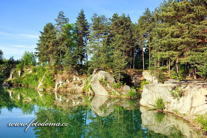 Zatopený žulový lom v části Štachlovice, Vidnava, okres Jeseník, Olomoucký kraj, Česká republika