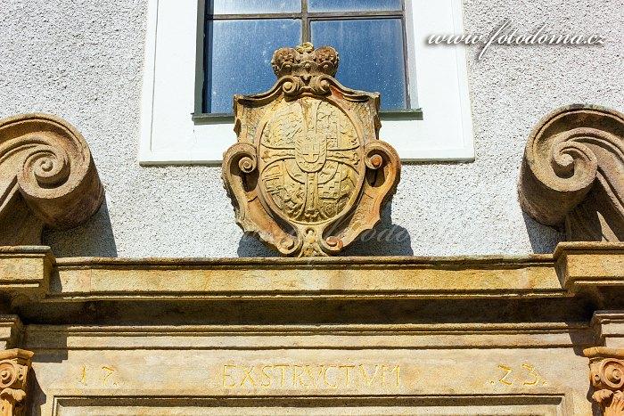 Erb nad vchodem, kostel Nejsvětější Trojice, Javorník, okres Jeseník, Olomoucký kraj, Česká republika