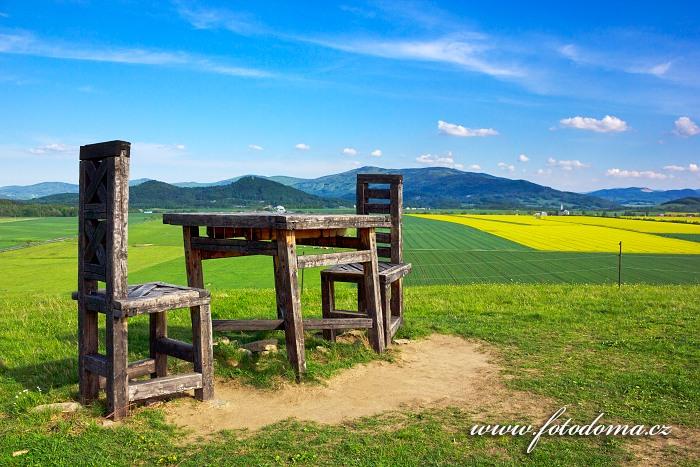 Dřevěné obří židle a stůl, Lánský vrch, v pozadí Skorošice, okres Jeseník, Olomoucký kraj, Česká republika