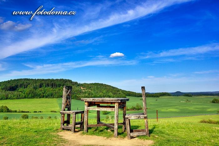 Dřevěné obří židle a stůl, Lánský vrch, Skorošice,  okres Jeseník, Olomoucký kraj, Česká republika