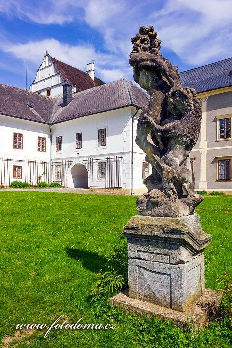 Socha v parku, zámek Velké Losiny
