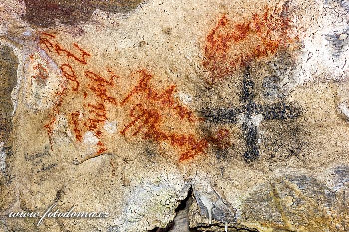 Nápisy na zdech jeskyně